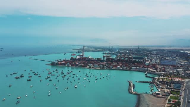vídeos de stock, filmes e b-roll de vista aérea do porto de callao em lima peru - américa latina