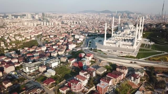 vídeos de stock, filmes e b-roll de aerial view of camlica mosque in istanbul - turquia