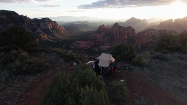 vídeos y material grabado en eventos de stock de aerial view of campsite in sedona arizona - tienda de campaña