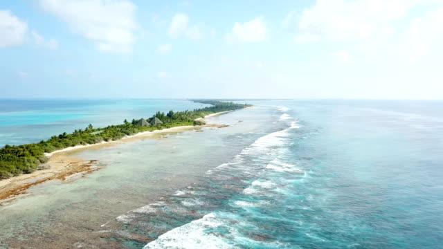 vidéos et rushes de vue aérienne de canareef resort maldives, île herathera, l'atoll d'addu - lagon