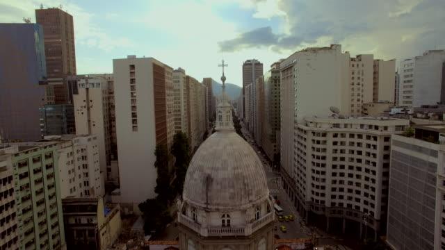 vídeos de stock, filmes e b-roll de aerial view of candelabra church in downtown rio de janeiro brazil - centro da cidade