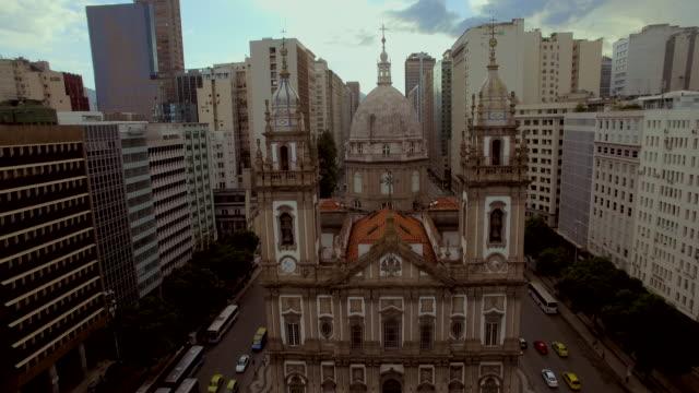 vídeos de stock, filmes e b-roll de aerial view of candelabra church in downtown rio de janeiro brazil - distrito financeiro
