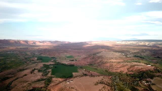 4 K キャピトル リーフ近くの峡谷の空撮