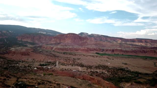 4k luftaufnahme des canyons in der nähe von capitol reef - mesa verde nationalpark stock-videos und b-roll-filmmaterial