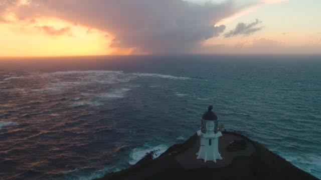 vídeos de stock e filmes b-roll de aerial view of cape reing, new zealand. - farol estrutura construída