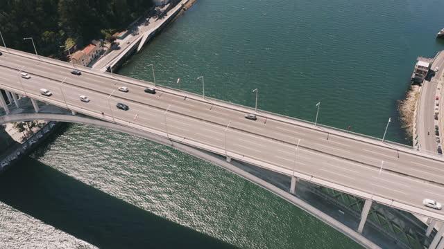 vídeos y material grabado en eventos de stock de vista aérea del tráfico de coches en el puente sobre el río, disparo de drone - calle urbana