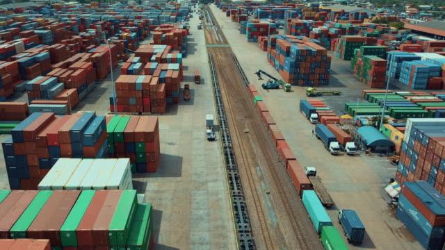 Luchtfoto van cargo containers in de spoorweg werf, Hyper vervallen