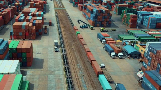 vídeos de stock e filmes b-roll de aerial view of cargo containers in railroad yard,time lapse - transporte de mercadoria