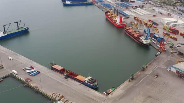 vidéos et rushes de vue aérienne du cargo dans un port international de conteneurs. résolution 4k. - être ancré