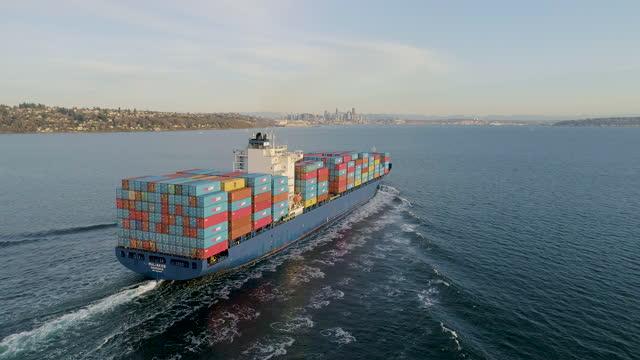 vídeos y material grabado en eventos de stock de aerial view of cargo ship in puget sound, seattle, washington, usa - recipiente