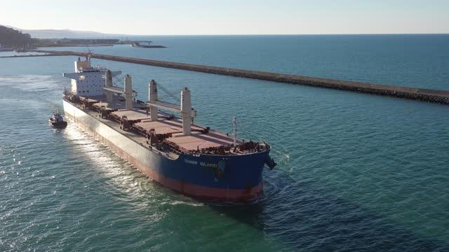 vidéos et rushes de vue aérienne d'un cargo quittant un port international à conteneurs. résolution 4k. - cargo