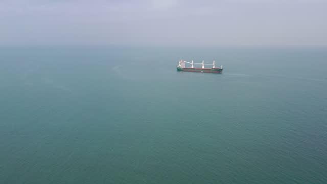 海上貨物船船の空中写真。 - 大きい点の映像素材/bロール