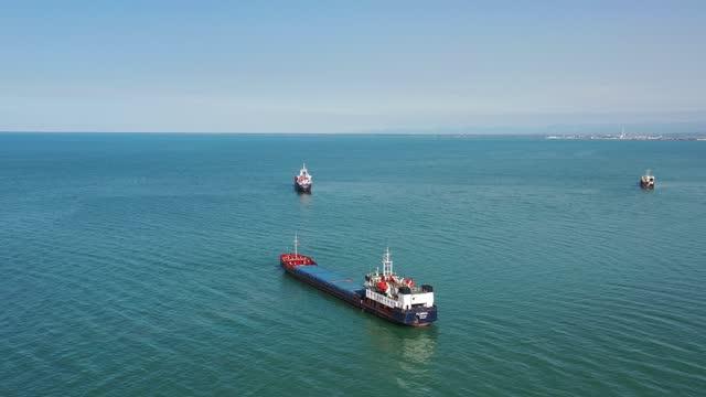 海上で待っている貨物船船の空中写真。 - 大きい点の映像素材/bロール