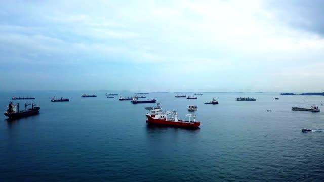 luftaufnahme von frachtschiffen verankert im meer in singapur stadt - lastkahn stock-videos und b-roll-filmmaterial