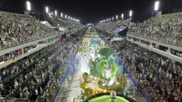 stockvideo's en b-roll-footage met tl, ws, ha aerial view of carnival parade and crowds in sambadrome / rio de janeiro, brazil - brazilië