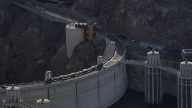 vídeos de stock, filmes e b-roll de aerial view of cars driving along the hoover dam - represa hoover