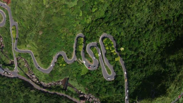 台湾・台北市近郊の新北市基隆山の金水街で美しいs曲がった道路を走行する車の空中写真 - 曲線点の映像素材/bロール
