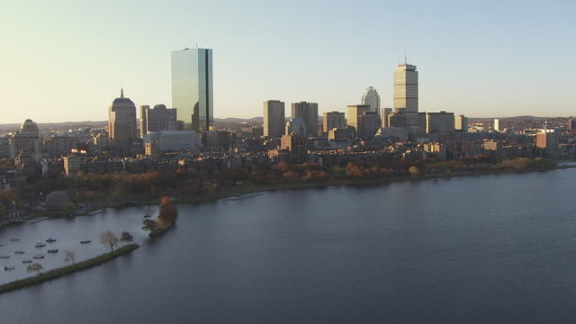 vidéos et rushes de aerial view of cars driving on longfellow bridge over charles river with skyline in boston, massachusetts, united states of america - pont longfellow