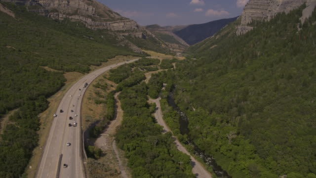 vídeos de stock e filmes b-roll de aerial view of cars driving on road in valley / provo, utah, united states - provo