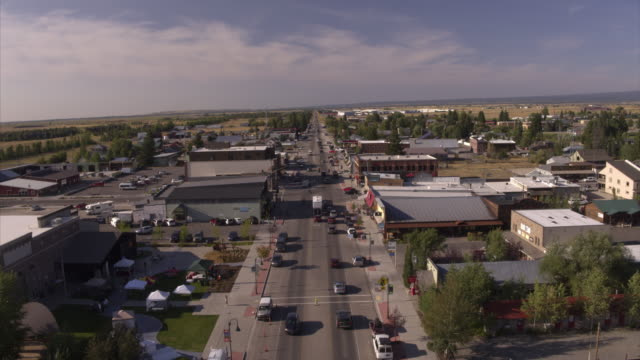 vídeos de stock, filmes e b-roll de aerial view of cars driving on street in small town / driggs, idaho, united states - cultura americana
