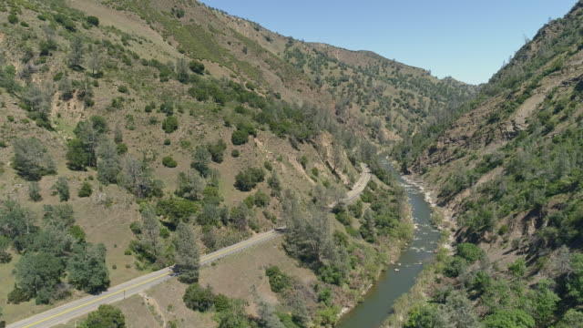 stockvideo's en b-roll-footage met luchtfoto van cash creek canyon in de buurt van rumsey, californië.  aerial drone video met de slow forward camerabeweging. - valley