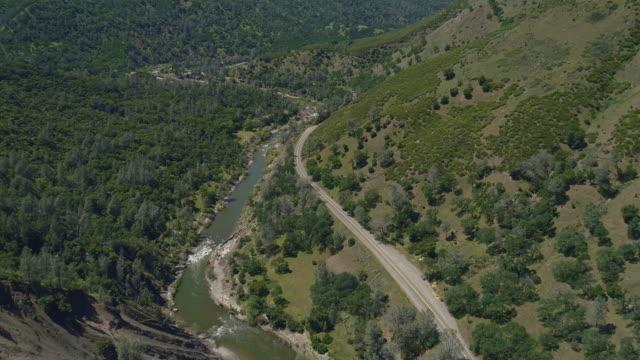 vídeos y material grabado en eventos de stock de vista aérea de cash creek canyon cerca de rumsey, california.  vídeo aéreo de drones con el movimiento de la cámara delantera. - california del norte