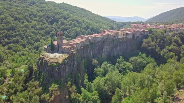 stockvideo's en b-roll-footage met luchtfoto van castellfollit de la roca, garrotxa, catalunya - roca
