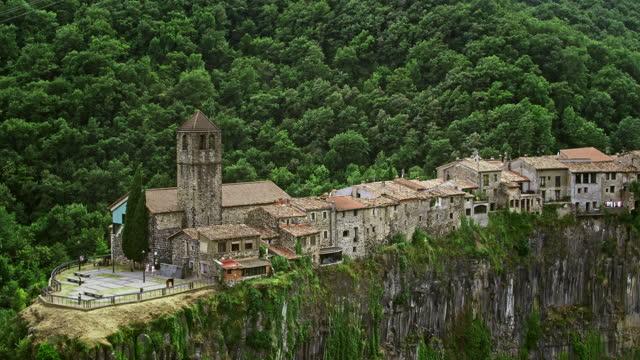 ジローナ・カタルーニャ州カステッルフォリット・デ・ラ・ロカの町、ジローナ・カタルーニャ、スペインの空中写真 - roca点の映像素材/bロール