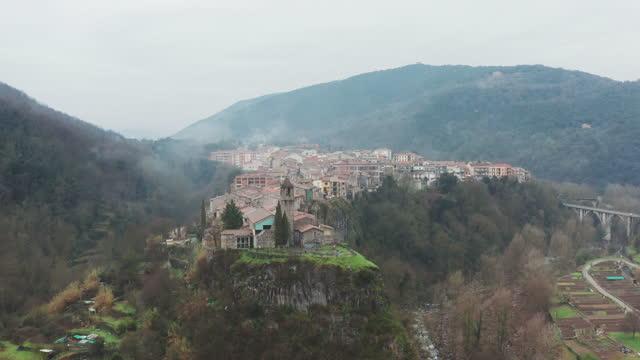 stockvideo's en b-roll-footage met luchtfoto van castellfullit de la roca. garrocha - spanje - roca