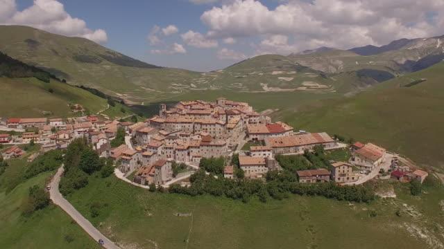 vídeos de stock, filmes e b-roll de aerial view of castelluccio - umbria