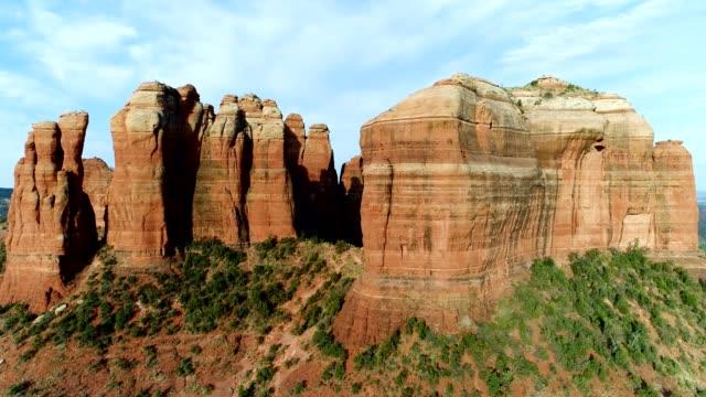 vídeos de stock e filmes b-roll de aerial view of cathedral rock and surrounding landscape in sedona arizona - sedona