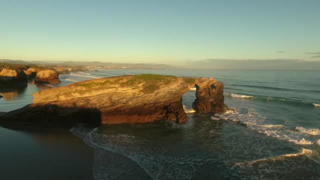 "aerial view of ""cathedrals beach"" at sunrise - felsbogen stock-videos und b-roll-filmmaterial"