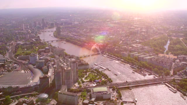 ロンドン中心部と川テムズ、英国の空撮。4 k - ミレニアムホイール点の映像素材/bロール