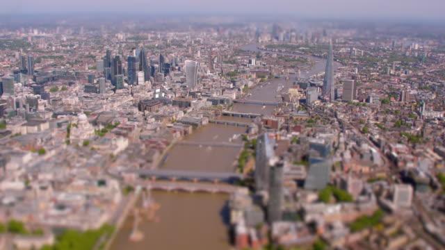 Luchtfoto van het centrum van Londen en de rivier Thames, Verenigd Koninkrijk. 4K