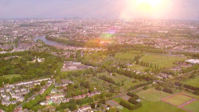 日差しの中でロンドン中心部、英国の空撮。4 k - 晴れている点の映像素材/bロール