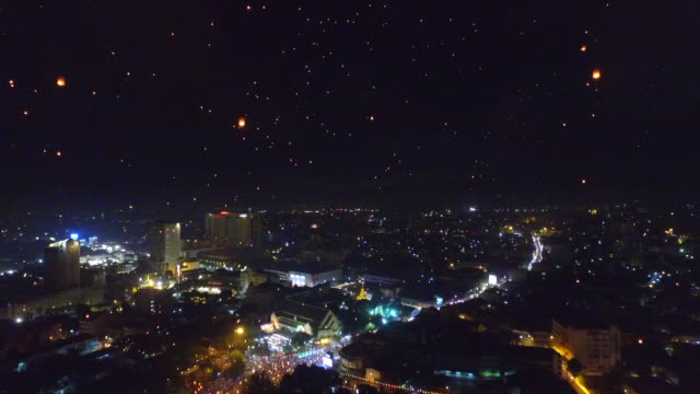 aerial view of chaiang mai city and sky lantern during loi krathong festival - チェンマイ県点の映像素材/bロール