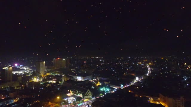 aerial view of chaiang mai city and sky lantern during loi krathong festival - タイ文化点の映像素材/bロール