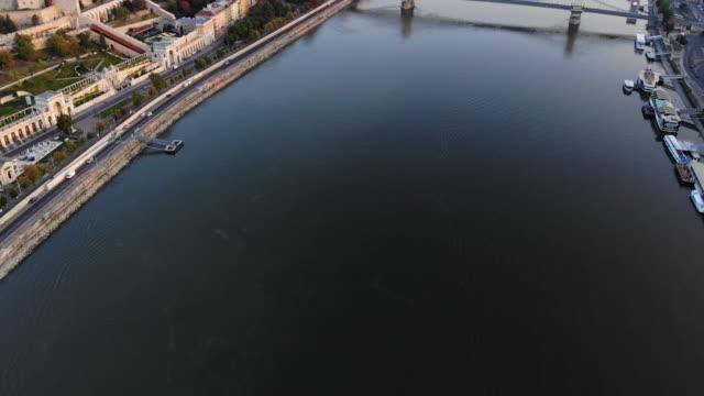 vidéos et rushes de vue aérienne de la rivière pont des chaînes et du danube à budapest au lever du soleil - culture hongroise