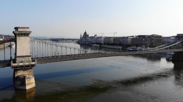 vidéos et rushes de vue aérienne du pont des chaînes et du parlement à budapest - pont à chaînes pont suspendu