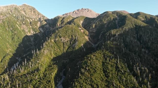 luftaufnahme des vulkans chaiten im süden chiles - pyroklastischer strom stock-videos und b-roll-filmmaterial