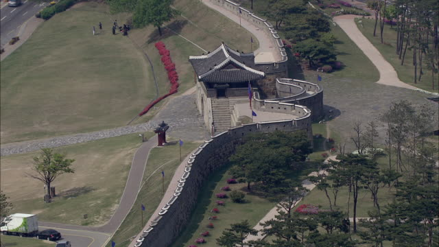 aerial view of changnyongmun gate at suwonseong(castle) (unesco world heritage site) - korea stock-videos und b-roll-filmmaterial