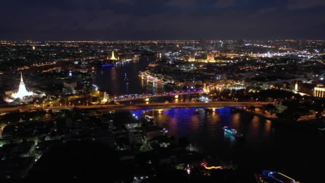 夜の王宮とチャオプラヤー川の航空写真 - 王宮点の映像素材/bロール