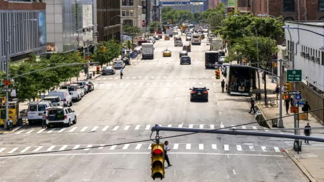 vídeos de stock e filmes b-roll de aerial view of chelsea neighborhood street with traffic on street below in new york, manhattan, nyc - chelsea manhattan