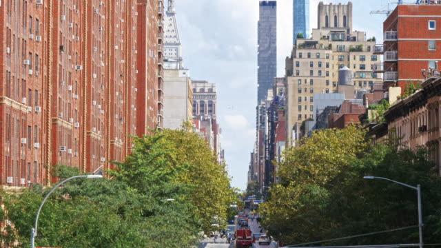 vídeos de stock e filmes b-roll de aerial view of chelsea neighbourhood street with traffic on street below in new york, manhattan, nyc - chelsea manhattan