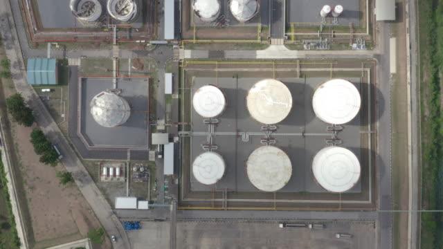vídeos y material grabado en eventos de stock de vista aérea del tanque de almacenamiento de la industria química y camión cisterna en espera en la planta industrial para transferir petróleo a la gasolinera. - estación edificio de transporte