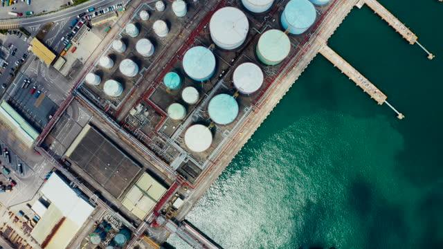 vídeos de stock, filmes e b-roll de vista aérea do tanque de armazenamento da indústria química e caminhão-tanque - estação