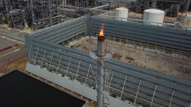 luftaufnahme von chemie, raffinerie, kraftwerk mit brennender fackel - fossiler brennstoff stock-videos und b-roll-filmmaterial