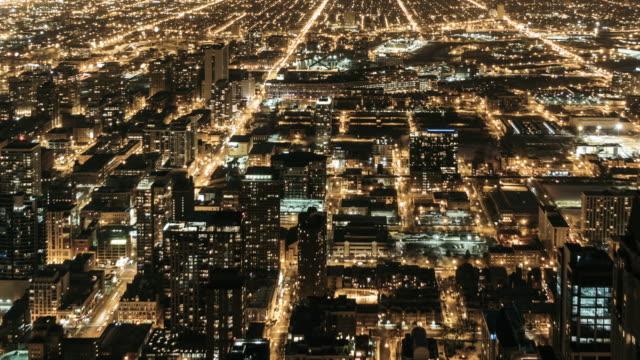 vídeos y material grabado en eventos de stock de t/l td aerial view de tráfico de la ciudad de chicago en la noche / illinois, los e.e.u.u. - chicago 'l'