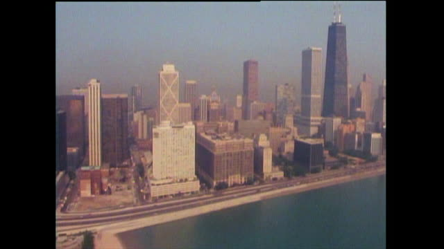 vidéos et rushes de aerial view of chicago cityscape and skyscrapers; 1989 - chicago