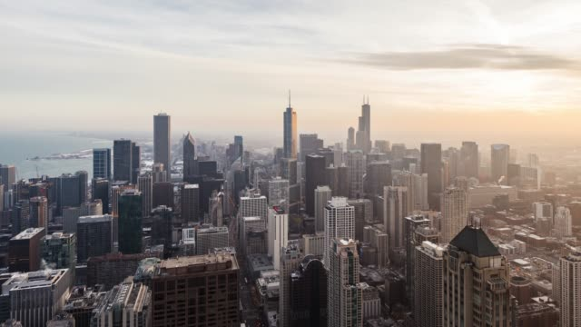 vidéos et rushes de t/l aerial view of chicago skyline au coucher du soleil - chicago 'l'